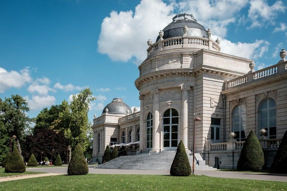 Cultuur opsnuiven in het park bij Musée de la Boverie.