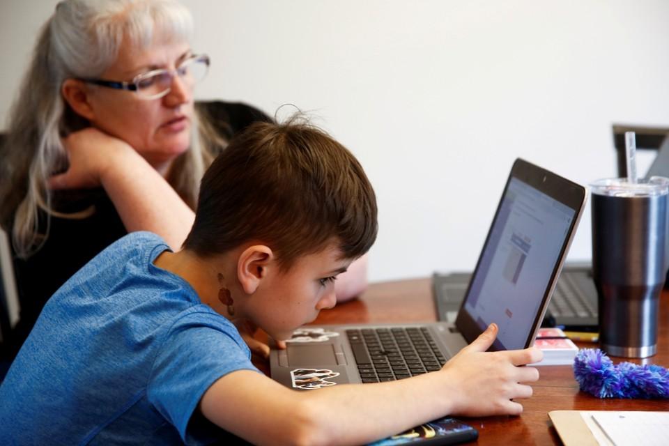 Niet iedereen beschikt over een laptop om online les te volgen.
