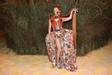 thumbnail: De Duitse zangeres Kim Petras interpreteerde het thema van de avond op haar manier.