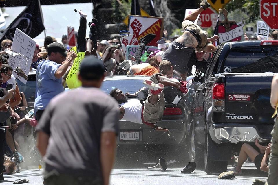 Charlottesville, 2017. Een man rijdt in op een anti-extremistische tegenbetoging. Trump zag 'erg goede mensen aan beide kanten'.
