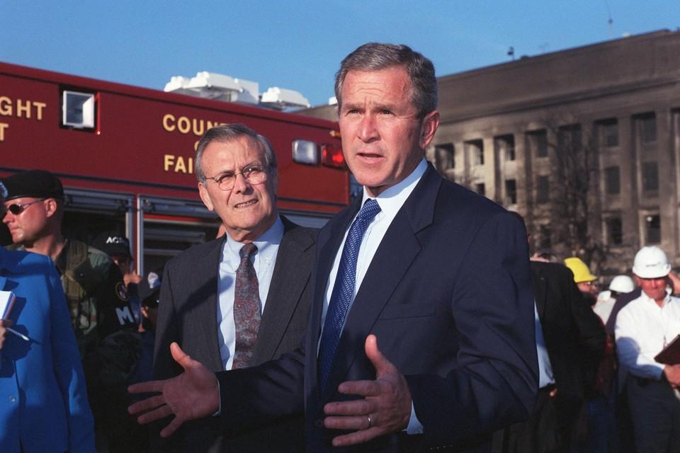 """Toenmalig Amerikaans president George W. Bush en defensieminister Donald Rumsfeld moesten niet weten van een onderhandelde overgave van de taliban. """"We wilden wraak, en dachten dat we ze volledig konden vernietigen"""", blikken Amerikaanse diplomaten terug."""