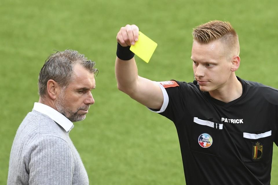 Lothar D'Hondt floot eerder dit seizoen ook al STVV-Zulte Waregem. Hij gaf STVV-coach Bernd Hollerbach toen een gele kaart.