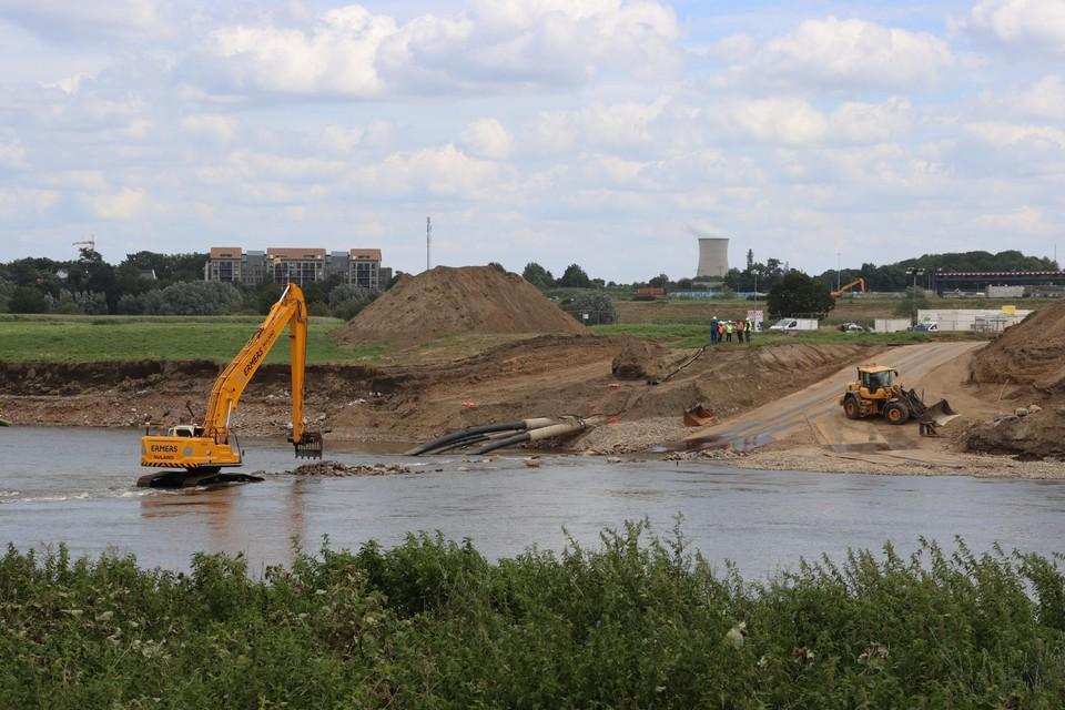 De nieuwe Pall-leiding ligt voortaan onder de bodem van de Maas in Leut en kan niet meer breken bij een volgende overstroming.