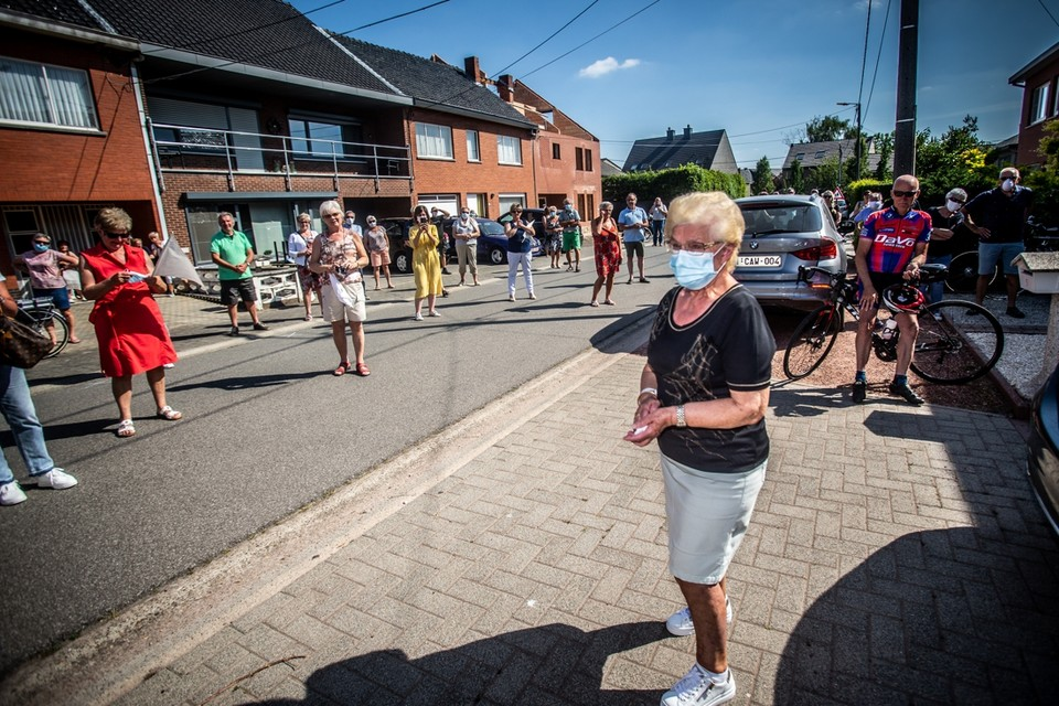 Met een erehaag en warm applaus werd Jeannine verwelkomd in Alken.