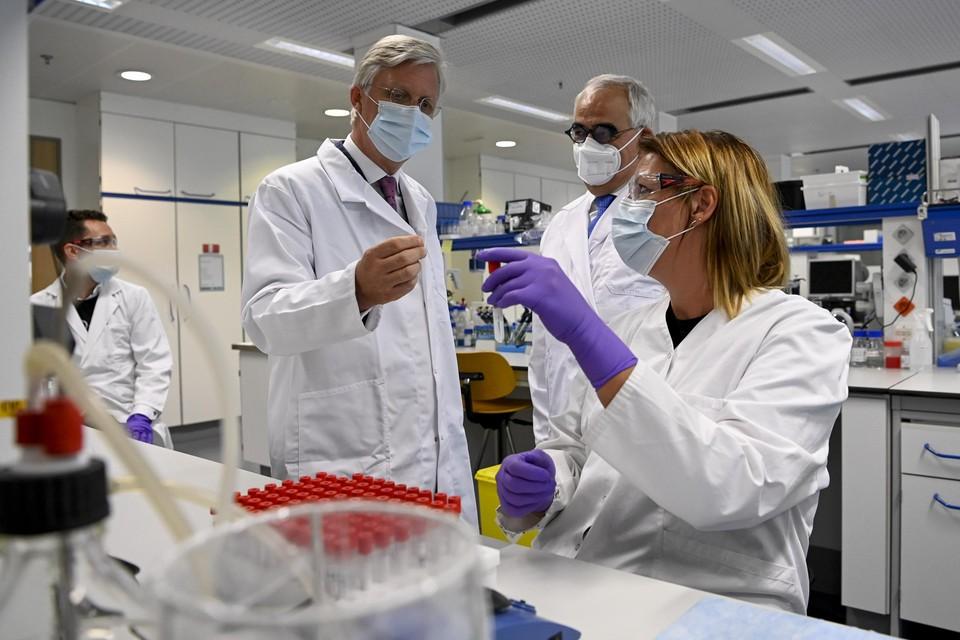 Koning Filip in juni 2020 op bezoek bij Janssen Pharmaceutica in Beerse. Van daaruit worden de vaccins voor Europa verdeeld.