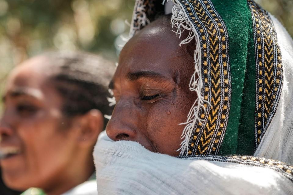 Een vrouw rouwt voor de slachtoffers van een slachtpartij in Tigray, Ethiopië die uitgevoerd zou zijn door Eritrese soldaten.