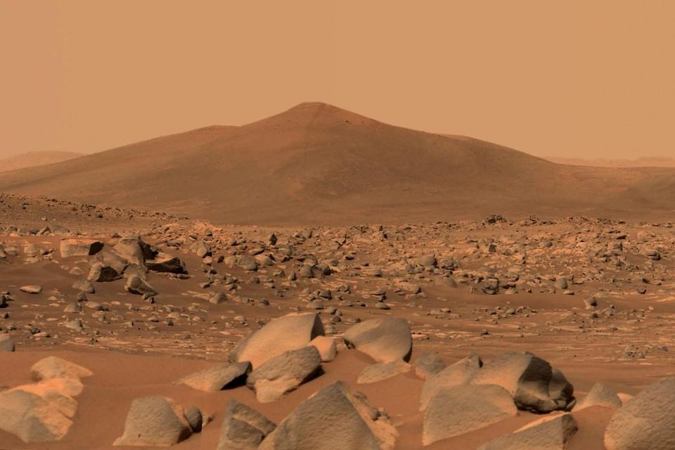 Een beeld van Santa Cruz, een heuvel op 2,5 kilometer van de Marsrover. Deze foto werd op 29 april genomen en eerder deze week publiek gemaakt. Het beeld werd genomen vanuit de Jezerokrater, waar de Perseverance op 18 februari landde.