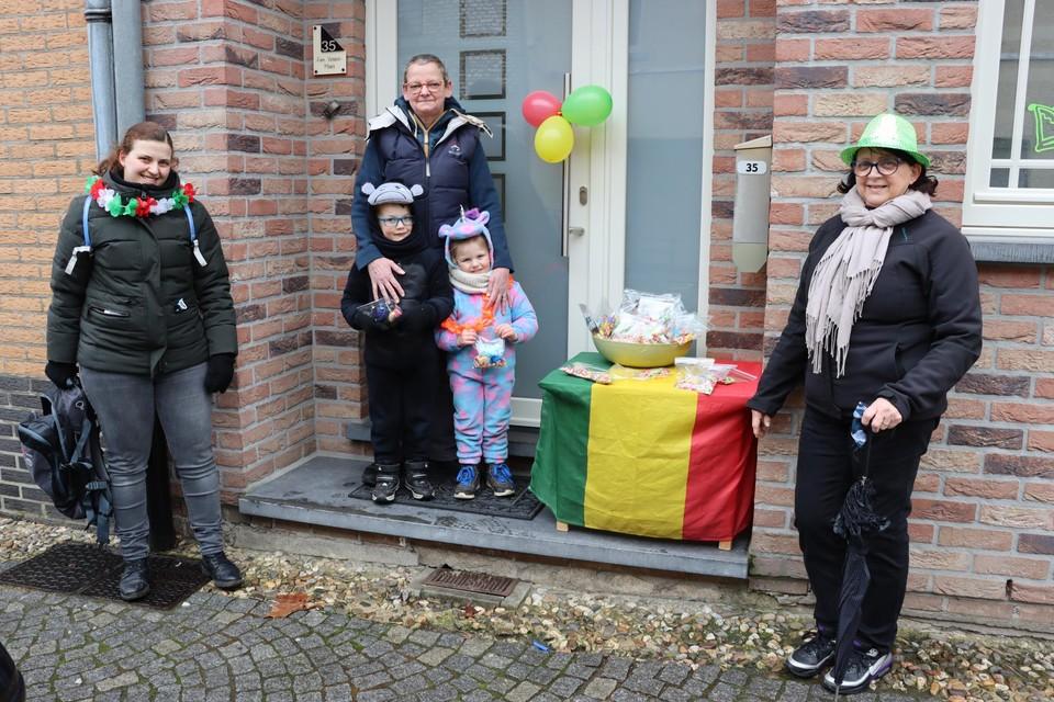 Dries en Mila Vandeberg zingen carnavalsliedjes aan de deuren.