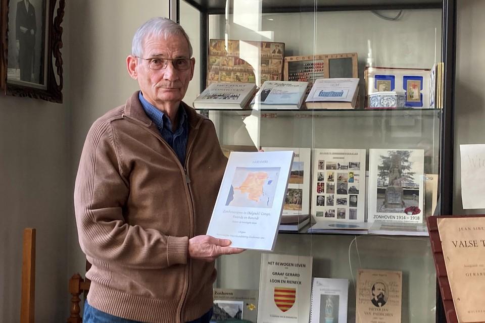 Jules Evers toont zijn boek