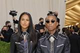 thumbnail: Producer Pharrell Williams en zijn vrouw model Helen Lasichanh gingen voor een samenpassende outfit.