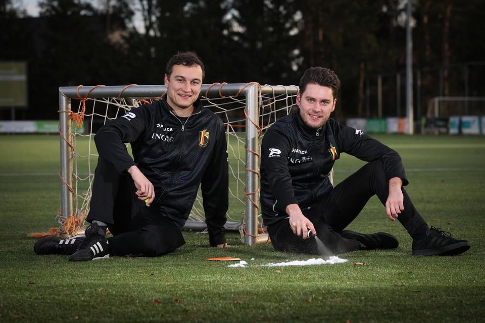 """Amateurrefs Thomas Vanboven en Pieter Vandevenne: """"Elke wedstrijd als vierde official in 1B is een leerrijke ervaring."""""""