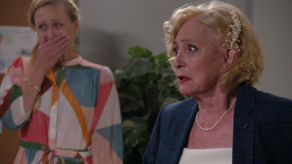 Marianne (Leah Thys, à droite) voit son quatrième mariage s'effondrer après une seule journée.