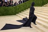 thumbnail: Socialite Kim Kardashian ging voor een bedekte look. Volgens verschillende media zou haar ex-man rapper Kanye West deze outfit voorgesteld hebben.