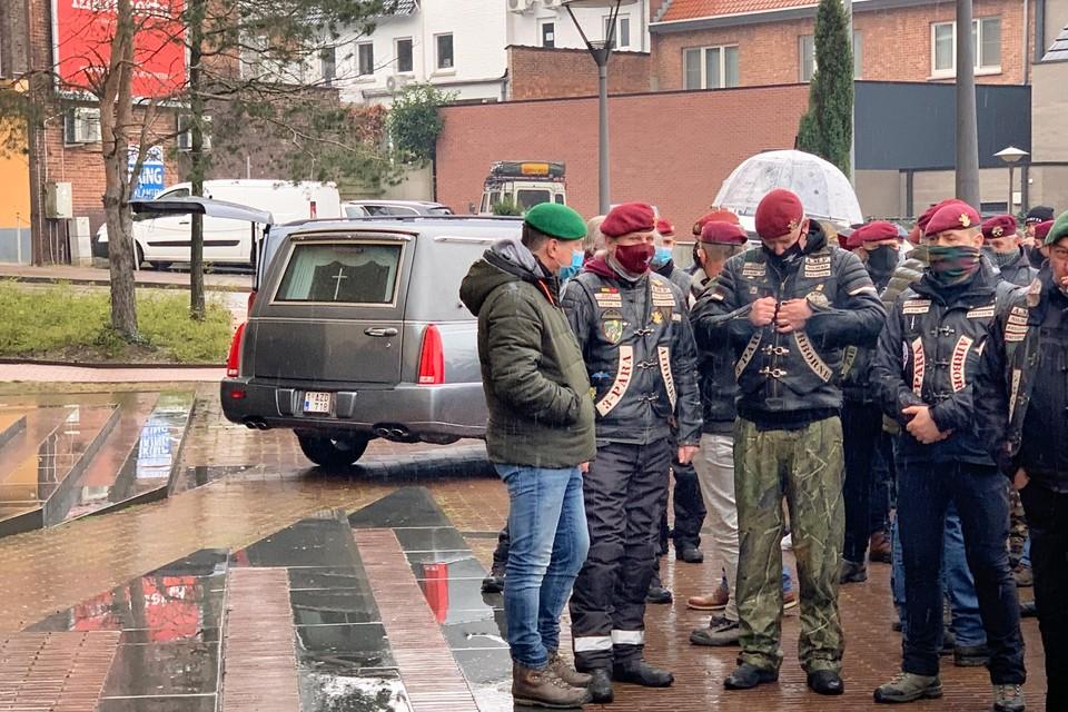 Honderden paarse, groene en zwarte baretten hadden zich op het plein voor de Sint Martinuskerk verzameld om afscheid te nemen van Marco Vjestica.