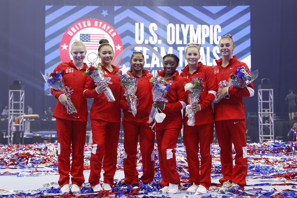 Het Amerikaanse turnteam met vlnr. Jade Carey, Sunisa Lee, Jordan Chiles, Simone Biles, Mykayla Skinner and Grace McCallum.