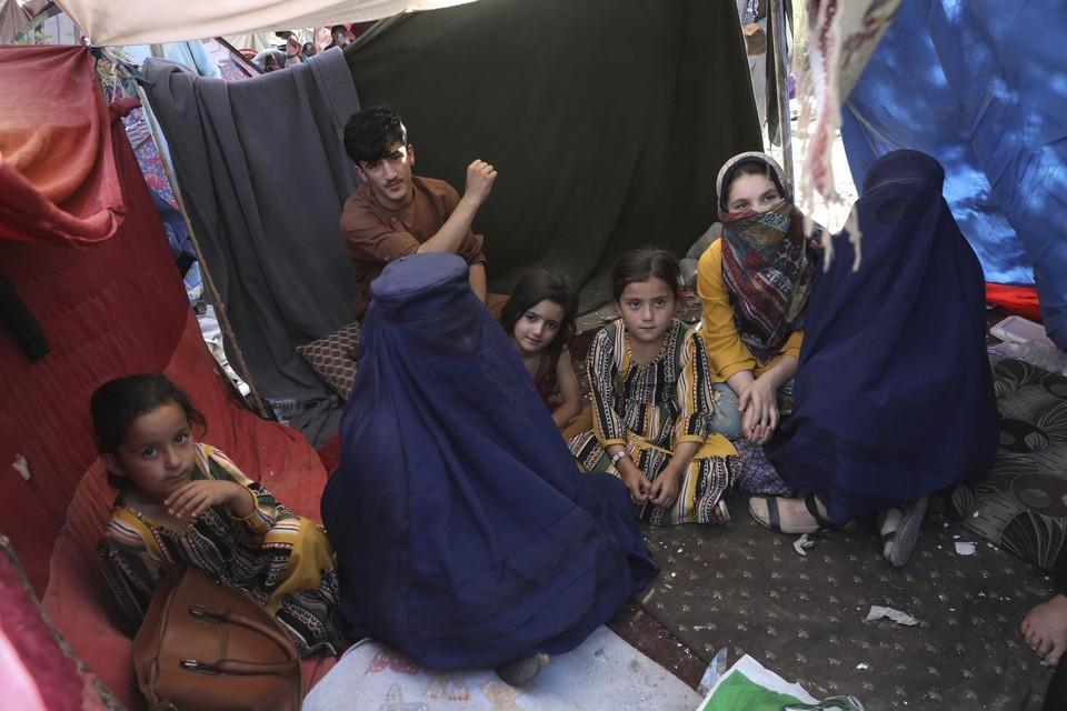 Een leerkracht uit de Afghaanse provincie Takhar (de vrouw links in een boerka) kampeert nu in de straten van Kaboel.