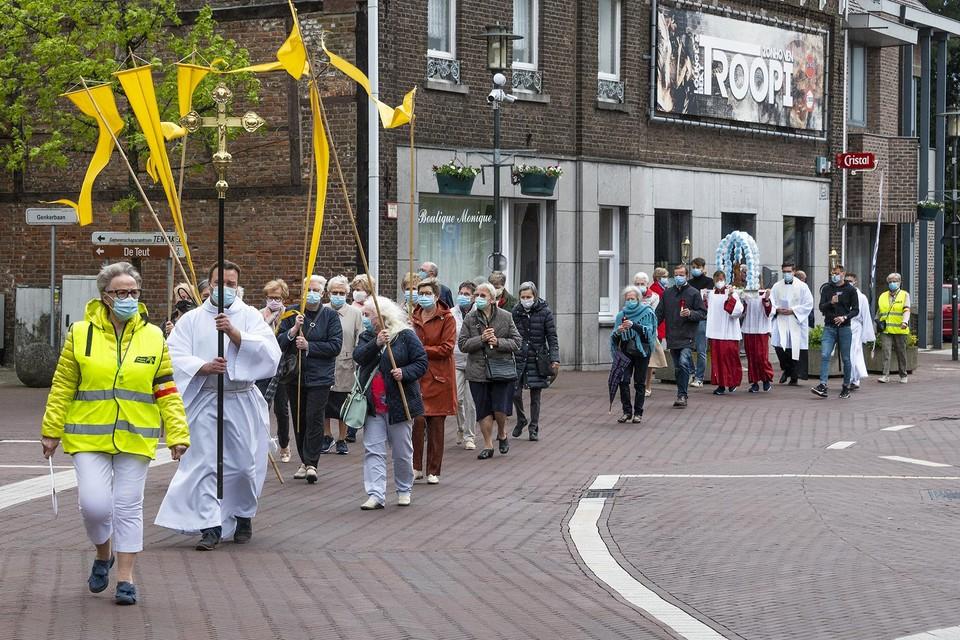 Het nieuwe beeld werd met een feestelijke processie naar de kapel aan de Dorpsstraat gebracht