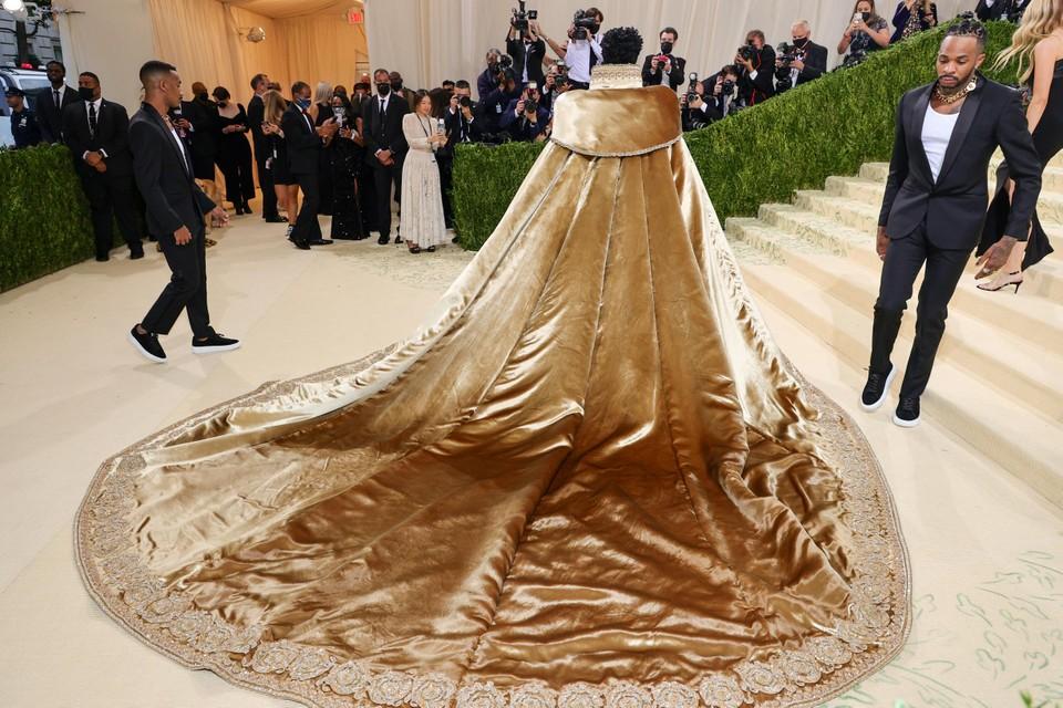 Zijn robe doet denken aan die van Rihanna enkele jaren terug.