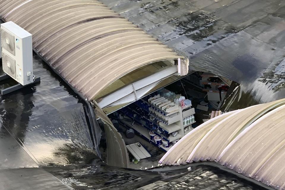 Een deel van het dak van de Action begaf het onder het watergeweld van een onweer.
