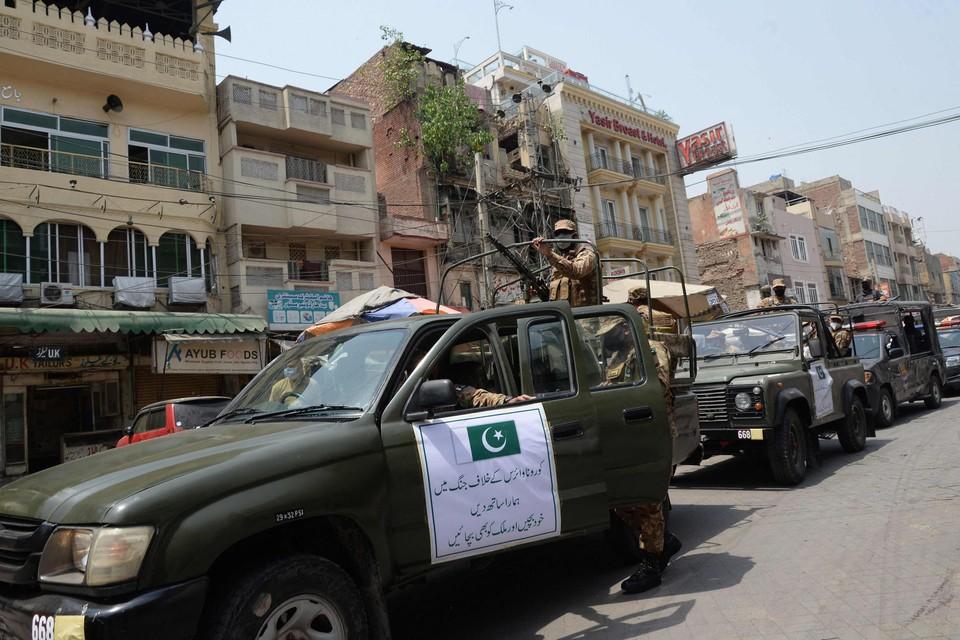 Het Pakistaanse leger patrouilleert in de straten van Lahore.