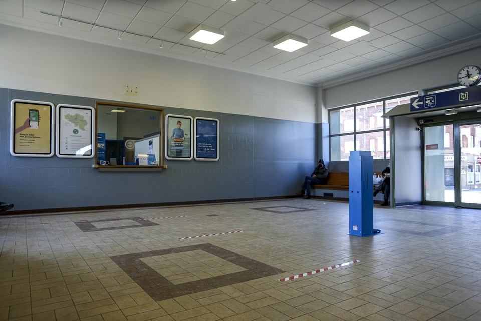 In het station van Tongeren zijn de loketten vanaf 1 maart alleen nog bemand op weekdagen tot kwart over tien 's morgens.