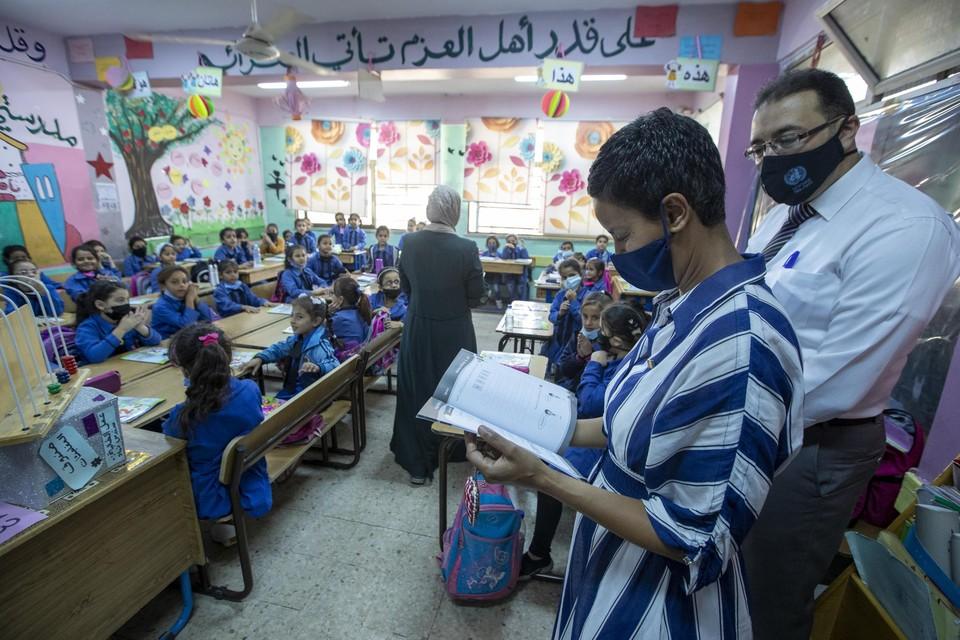 Meryame Kitir tijdens haar bezoek aan een meisjesschool inhet kamp van Baqa'a in Jordanië.