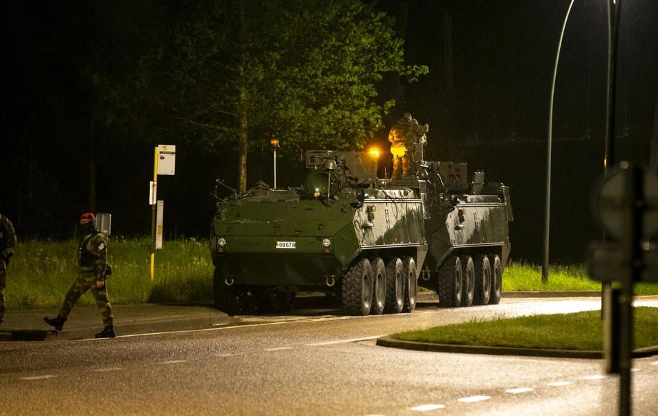 Het leger bracht woensdagavond ook het grove geschut naar Maasmechelen.