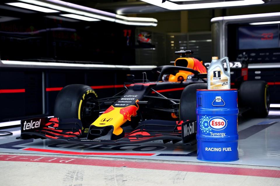 Een Red Bull F1-bolide en brandstof van Esso
