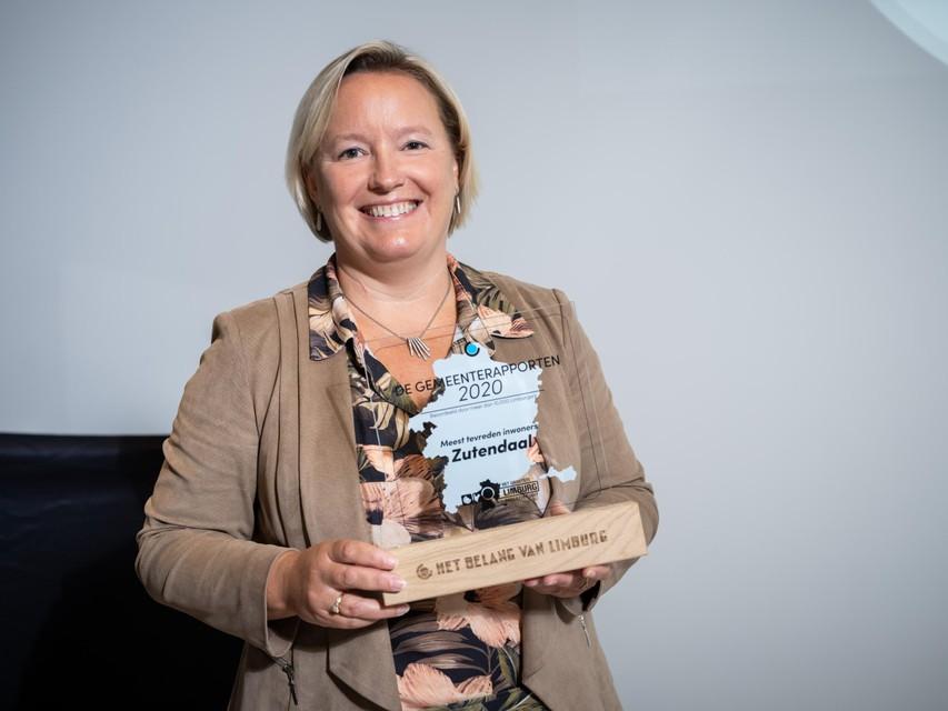 Ann Schrijvers, burgemeester van Zutendaal, neemt trots haar trofee in ontvangst.
