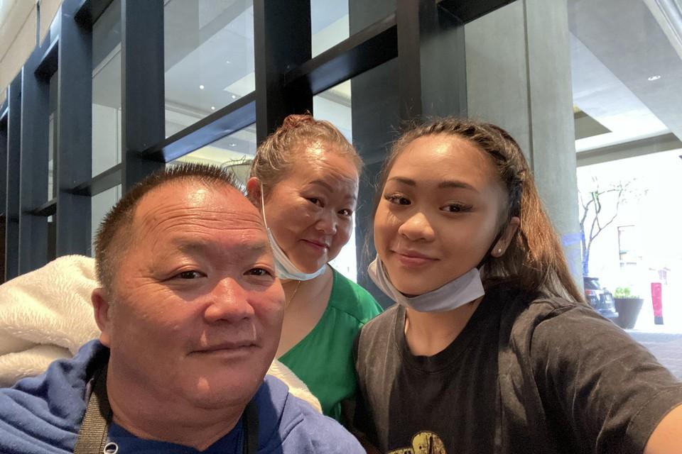 Sunisa Lee met vader en moeder, die afkomstig zijn uit Laos.