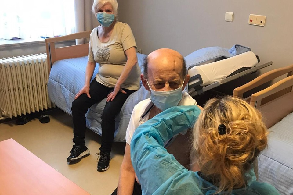 De eerste vaccins in Zonhoven werden gisteren toegediend in H Catharina