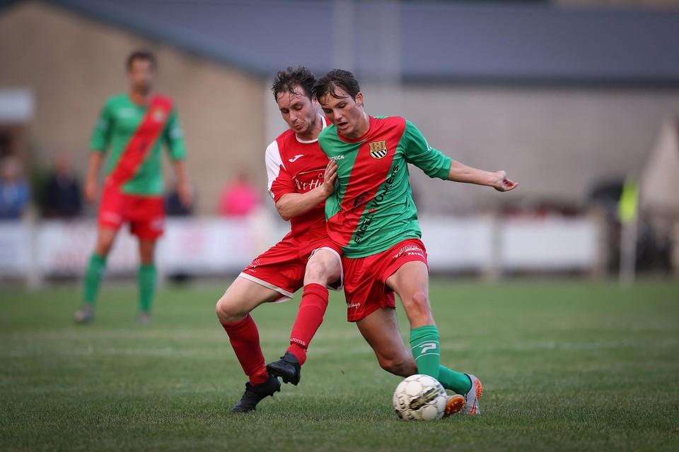 Siemen Steegmans probeert thuisspeler Maxx Ulenaers van de bal te zetten.