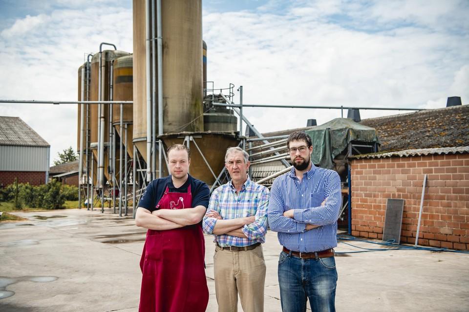 """Boer Michaël (64) samen met zijn zonen Joris (32, links) en Yves (30, rechts). We willen het bedrijf van onze vader voortzetten, maar daar kan je met twee gezinnen niet van leven"""", zegt Yves."""