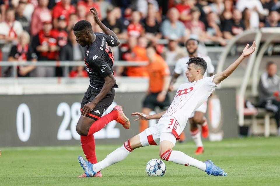Ameen Al-Dakhil in duel met Marius Mouandilmadji in de Luikse derby