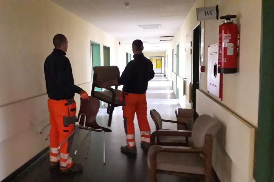 Technische ploegen van de stad Bilzen brengen de tweede verdieping van het voormalig ziekenhuis in orde om een prétirage-rol te spelen in het coronaverhaal.