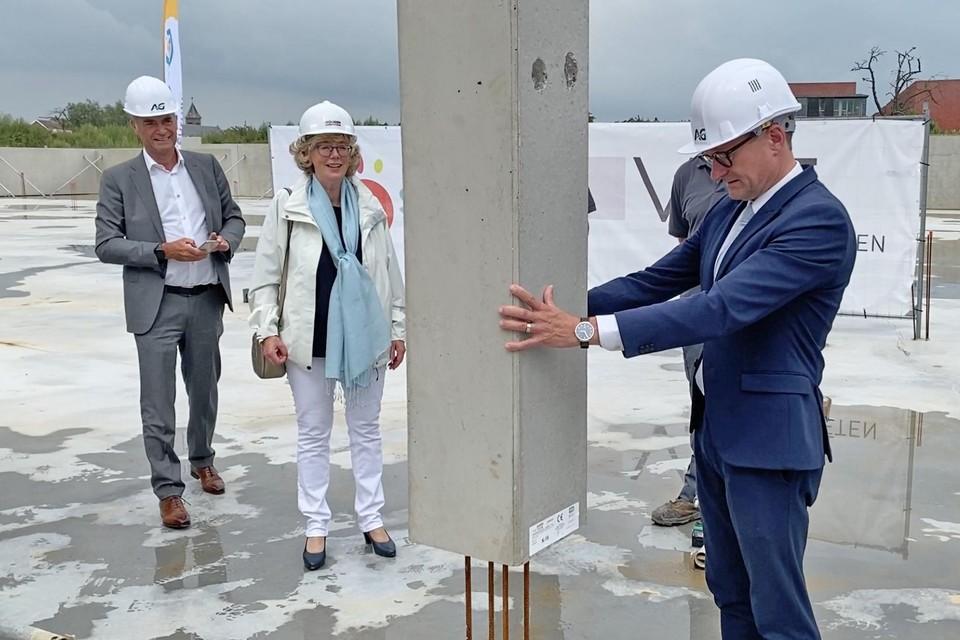Minister Ben Weyts (N-VA) kwam maandag de eerste kolom van het nieuwe Hasp-O Centrum op zijn plaats zetten