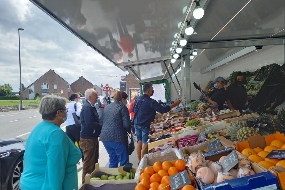 Zaterdag was er veel drukte aan de fruitkraam van Jorn Molenaers in Meershoven-Bilzen