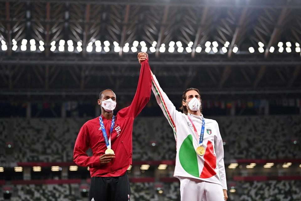 Barshim (links) en Tamberi (rechts) delen samen het goud in het hoogspringen.
