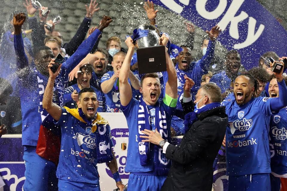 Heynen steekt de trofee in de lucht.