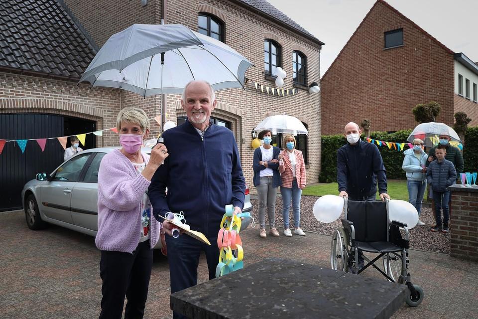 Hugo Gonnissen komt na 141 dagen ziekenhuis weer thuis in Dilsen-Stokkem.