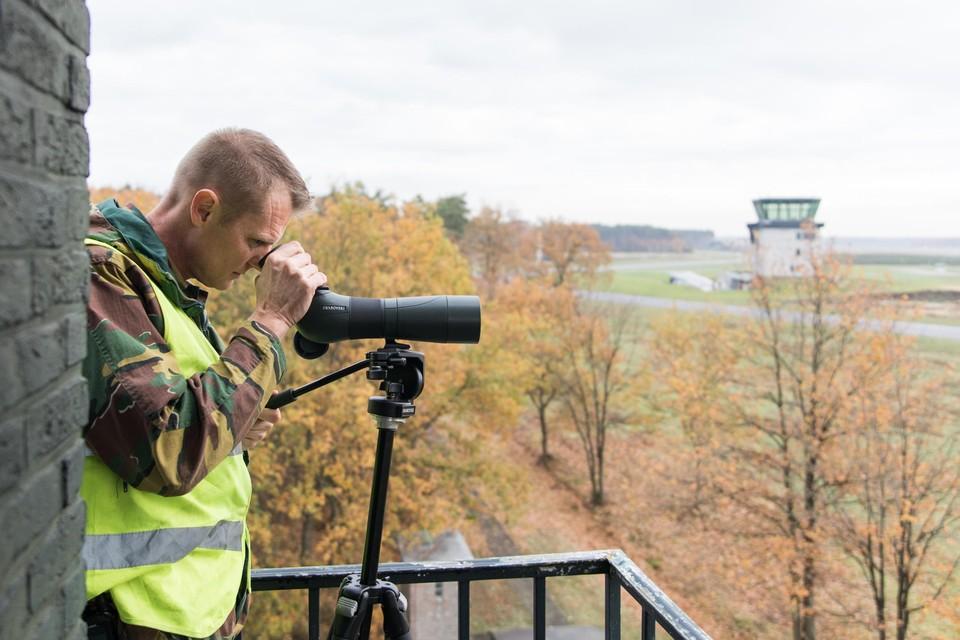 De Bird Control Unit speurt de horizon af naar vogels.