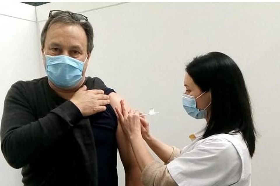 De Lanakense arts Richard Claessen krijgt het eerste vaccinatiespuitje in het centrum van Maasmechelen