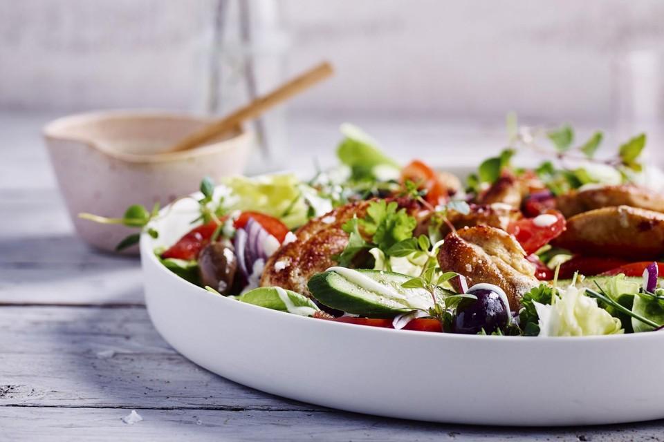 Griekse salade met fetadressing.