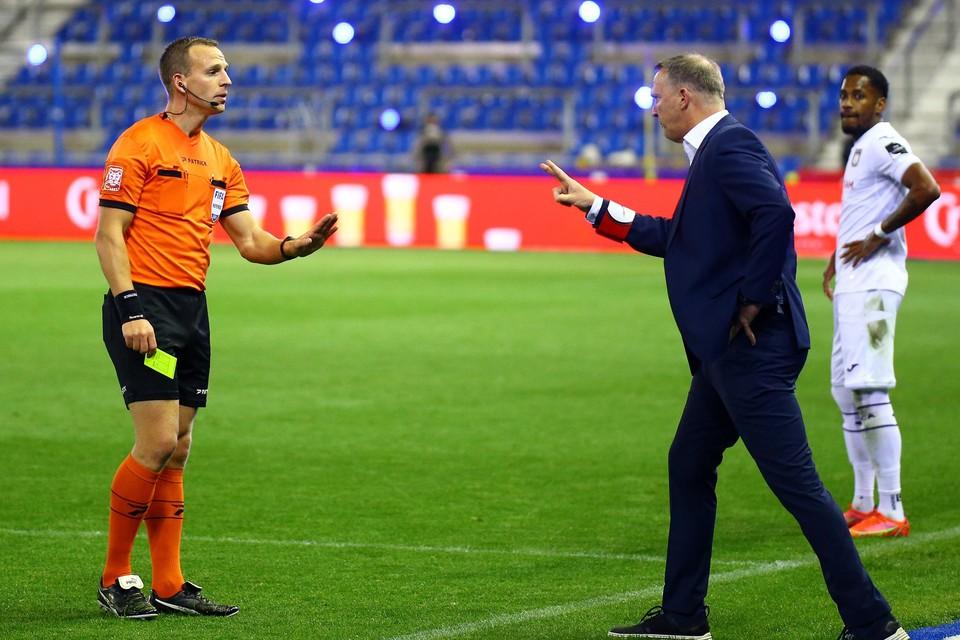 John van den Brom kreeg geel na een dispuut met ref Verboomen.