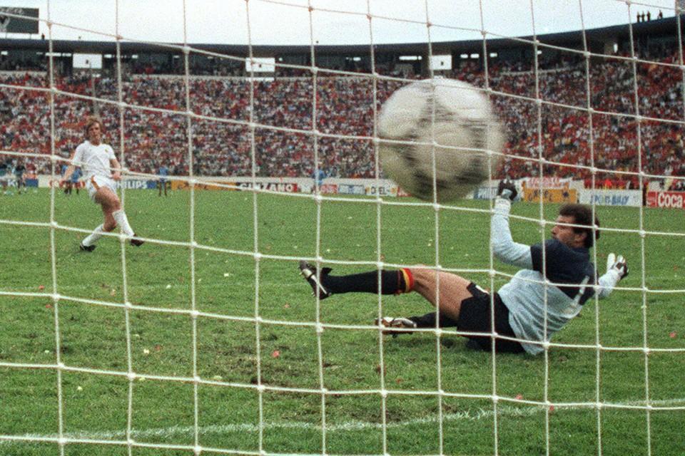 Mexico '86: Leo Van der Elst zet de beslissende penalty om tegen Spanje. Op Euro 2020 zijn strafschoppen in theorie mogelijk in de groepsfase.