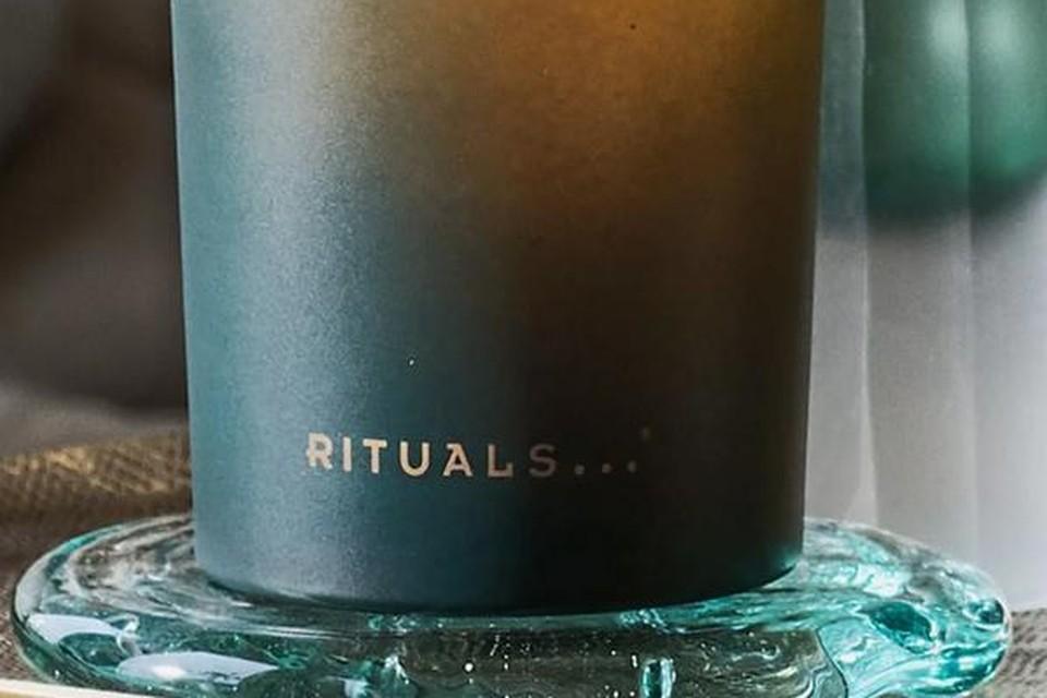 Geurkaars - The ritual of Jing, Rituals, 19,90 euro. Meditatietip: richt je volledig op de flikkering van het vlammetje en laat je geest niet afdwalen van dit beeld. Beeld je in dat je het kaarslicht inademt en uitademt