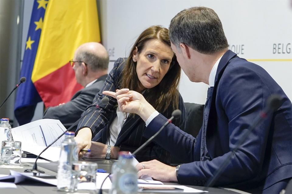 Sophie Wilmès in overleg met vicepremier Alexander De Croo.