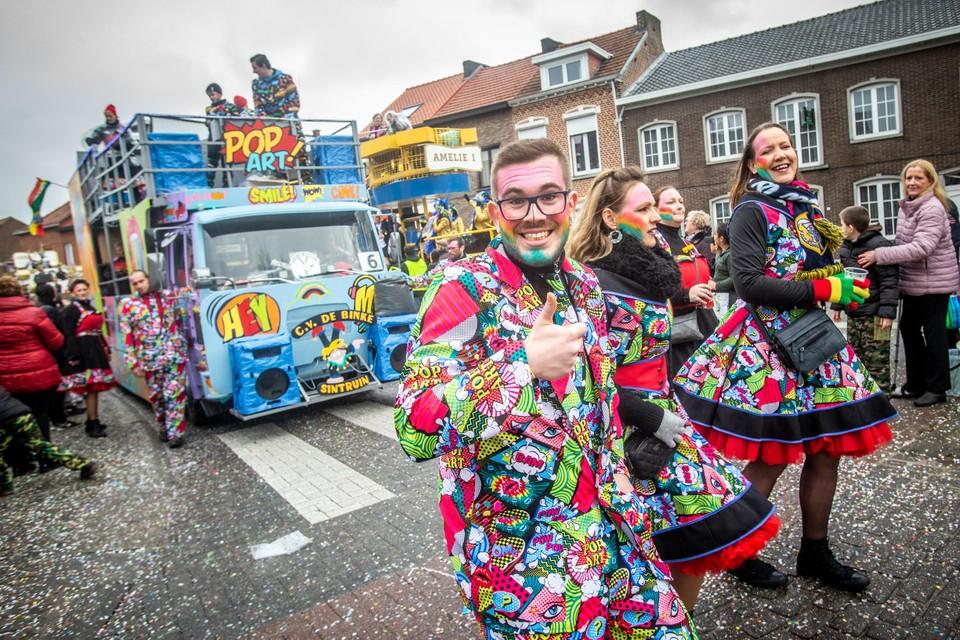 De Limburgse carnavalsstoeten van 2021 hangen door corona aan een zijden draadje.