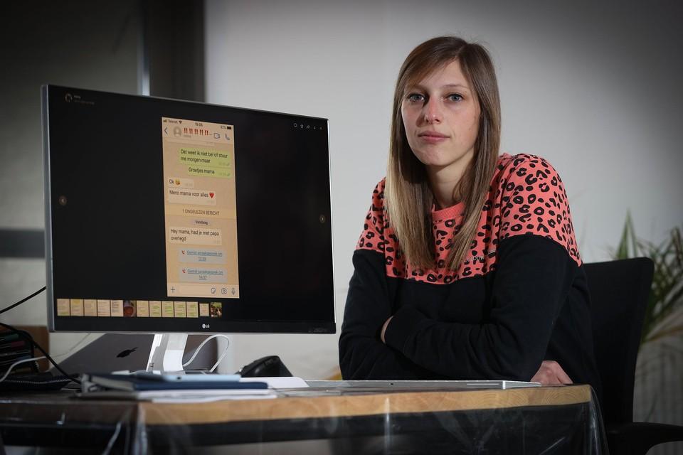 """Jilly Achten (29) toont de berichtjes die haar familielid kreeg via WhatsApp. """"De oplichters stuurden heel persoonlijke berichten met bijvoorbeeld hartjes erin."""""""