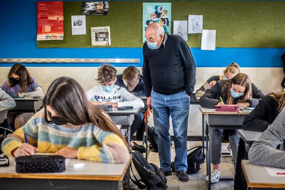 """Yvo Vanlessen (76) heeft het lesgeven al die jaren gemist. """"De leerlingen zijn mondiger geworden, maar nog altijd even beleefd."""""""